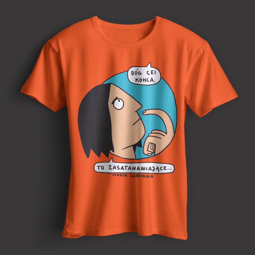 Zdjęcie przedstawia koszulkę z postacią, która słyszy dobiegający z góry głos: Bóg Cei kohca. Osoba: To zasatanawiające.